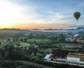 hot air balloon in vang vieng